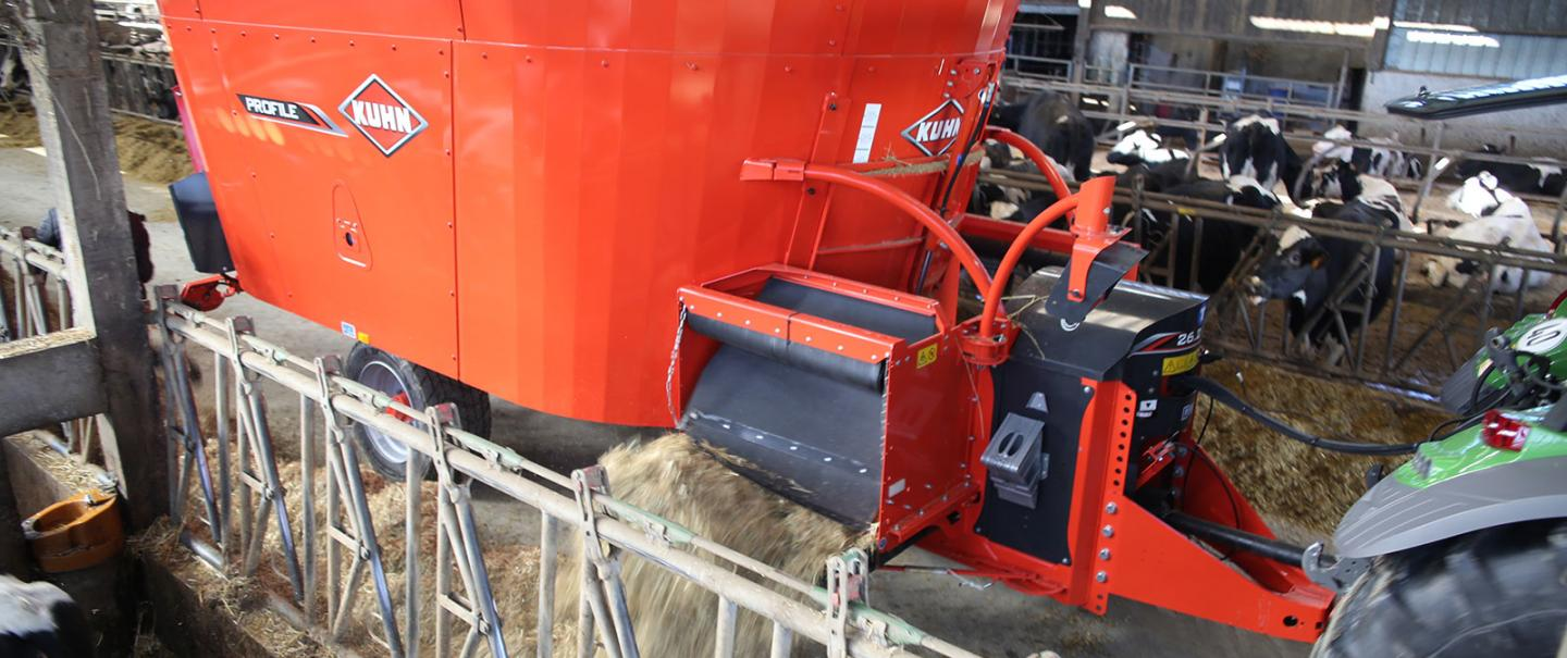 PROFILE 2 CL vertical twin auger mixer at work